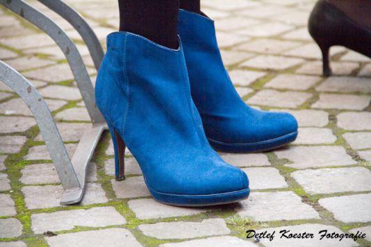 blue shoe Peoplefotografie Streetfotografie Strassenfotografie blau Schuhe