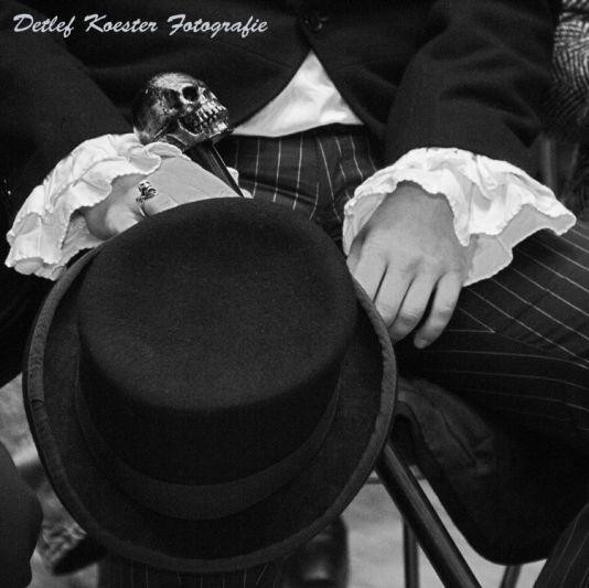 Undertaker Peoplefotografie schwarzweiss Details Hut Totenkopf